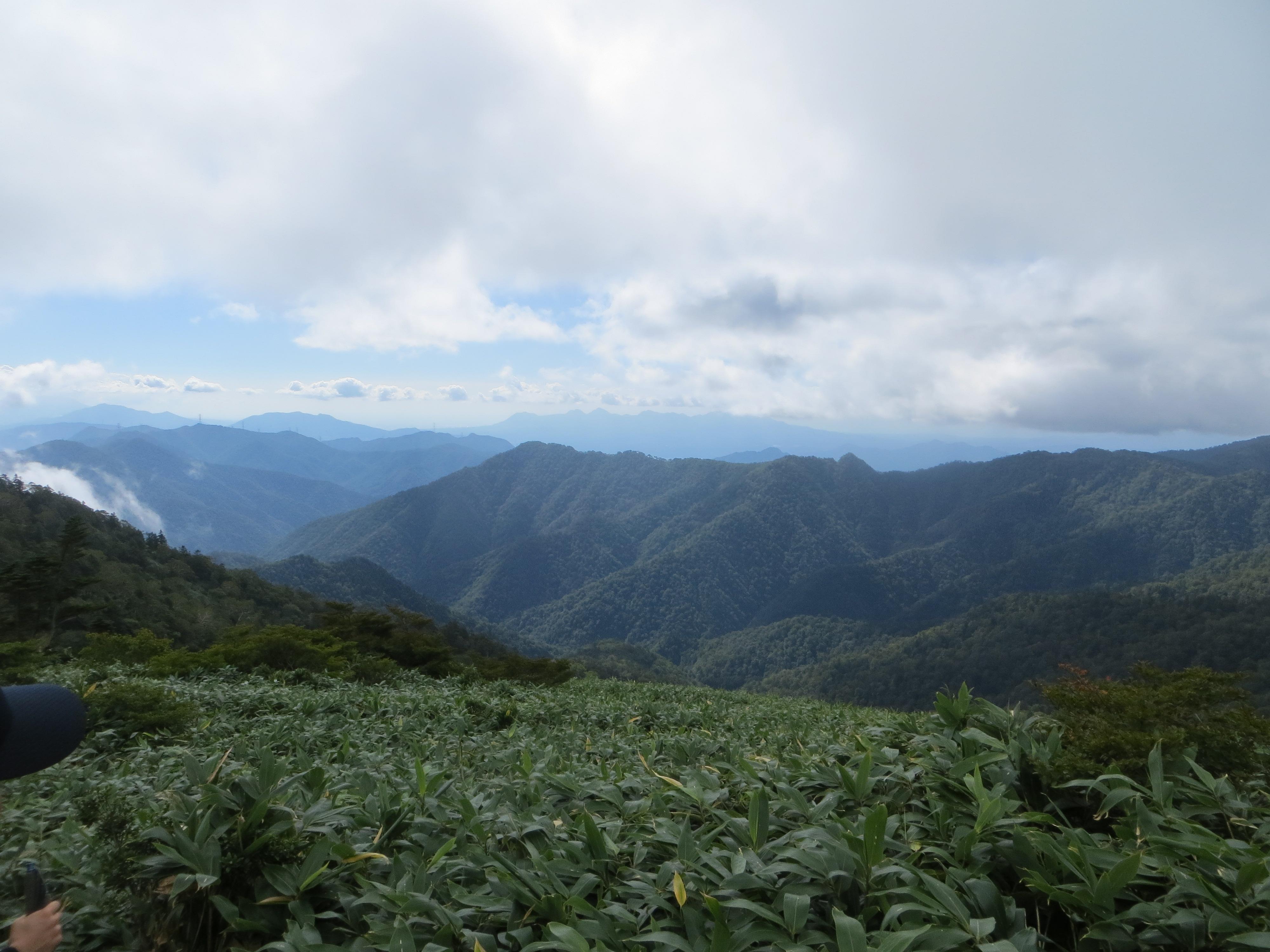 1563mの峰の手前から中之条町方面を望む
