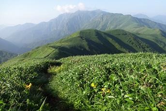 七つ小屋山~蓬峠 稜線からの眺め(写真:群馬県山岳連盟)
